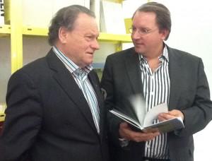 Verleger des neuen GOLDMEDIA Online Marketing Buches Karl W. Henschel auf der Frankfurter Buchmesse im Gespräch mit Autor Simon Boé.